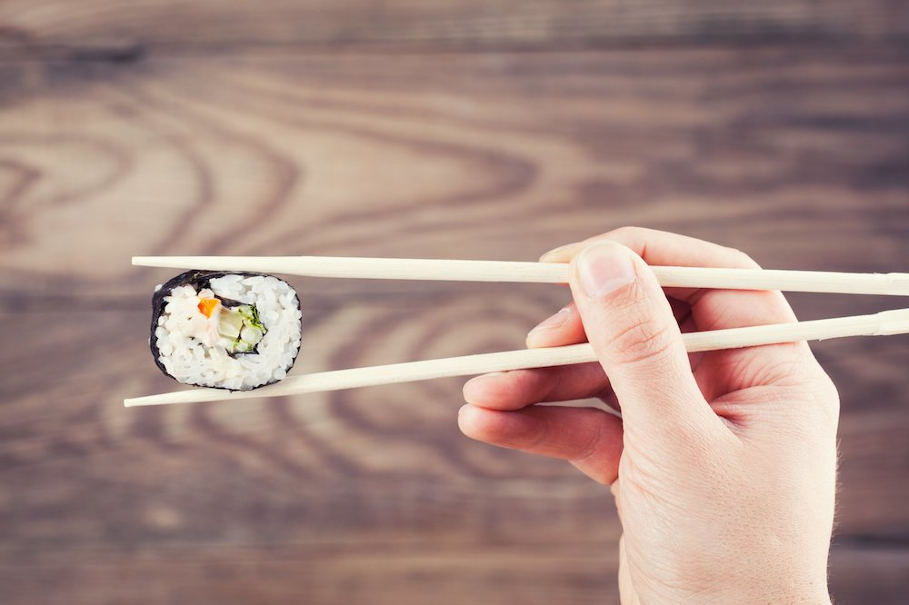 Как есть палочками для суши