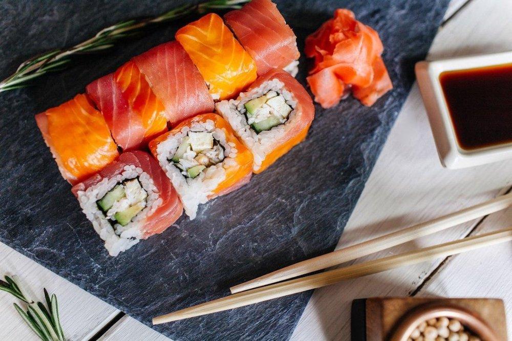 Что лучше: самим готовить суши или заказывать в ресторане